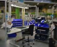 Poste de travail anti-TMS avec cadres aluminium frontaux et latéraux aménagés vue profil